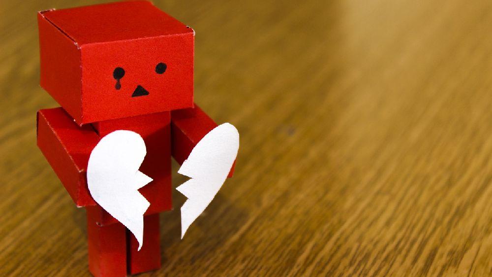 失恋して泣いている箱人形