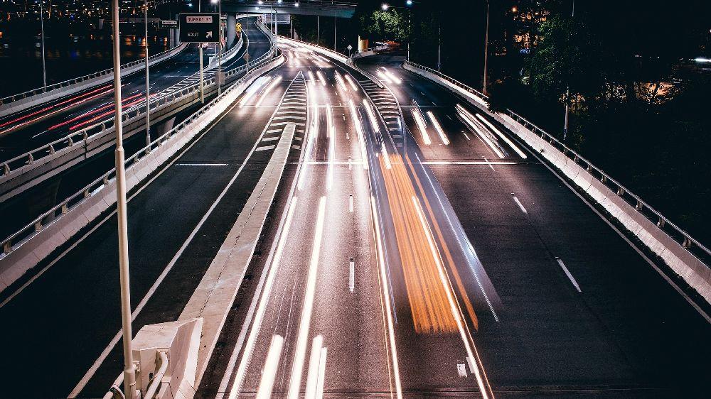 高速道路を急ぐ車達