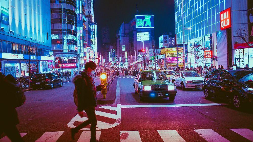 混み合っている大阪の夜の街