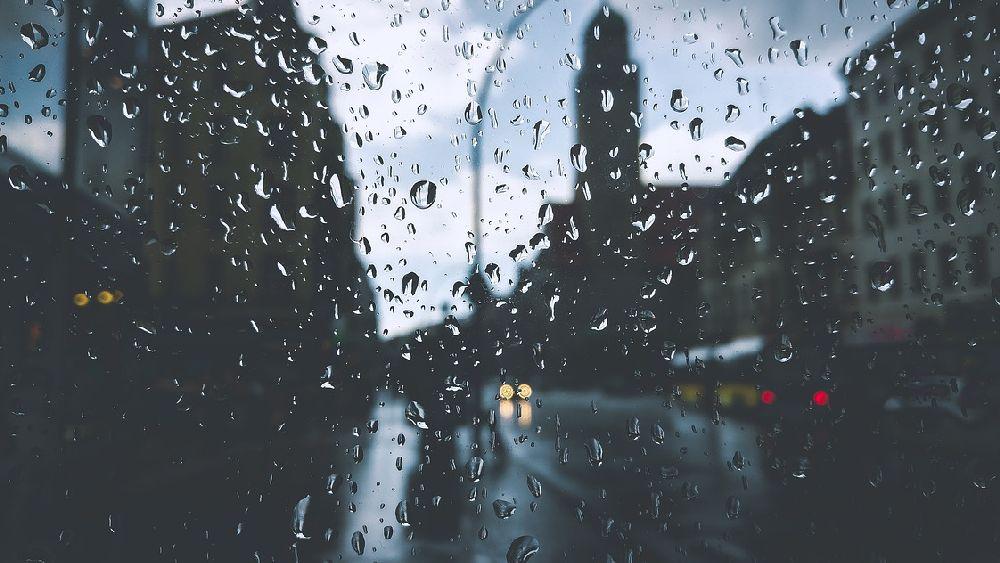 雨の中車で尾行する探偵