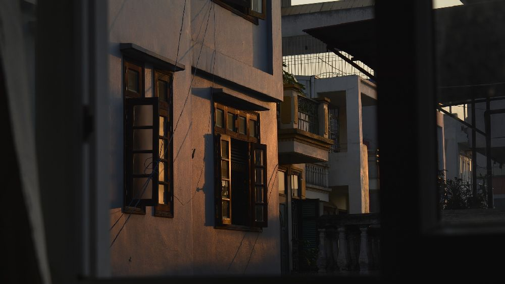 部屋から見た薄暗い早朝の住宅街。