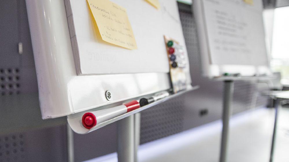 会議室に置かれたホワイトボード