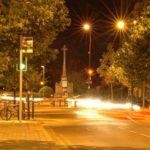 夜の公園前の道