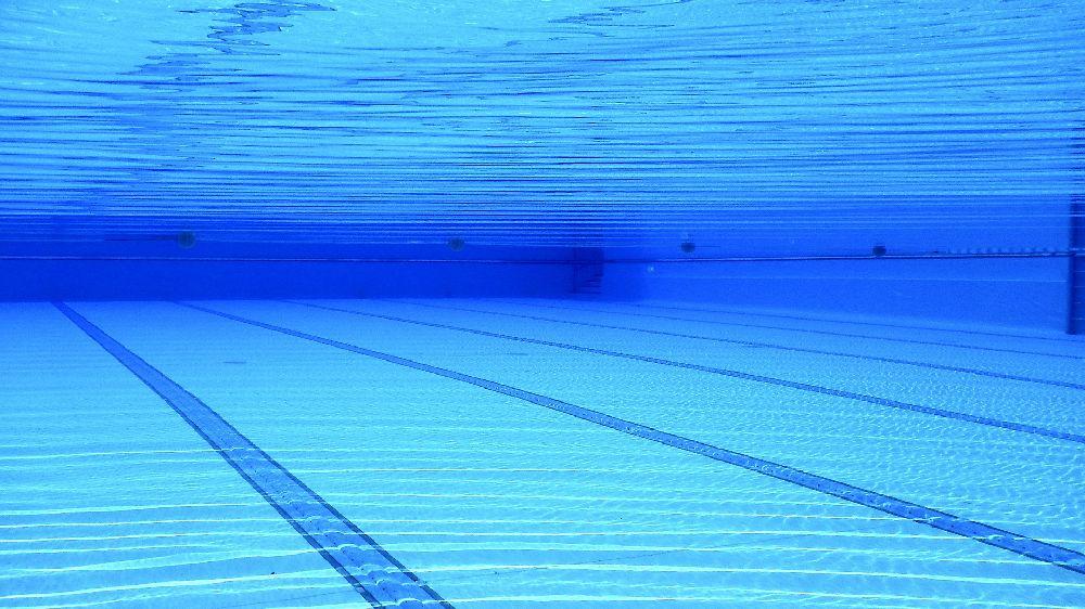 誰も居ないプールの水中