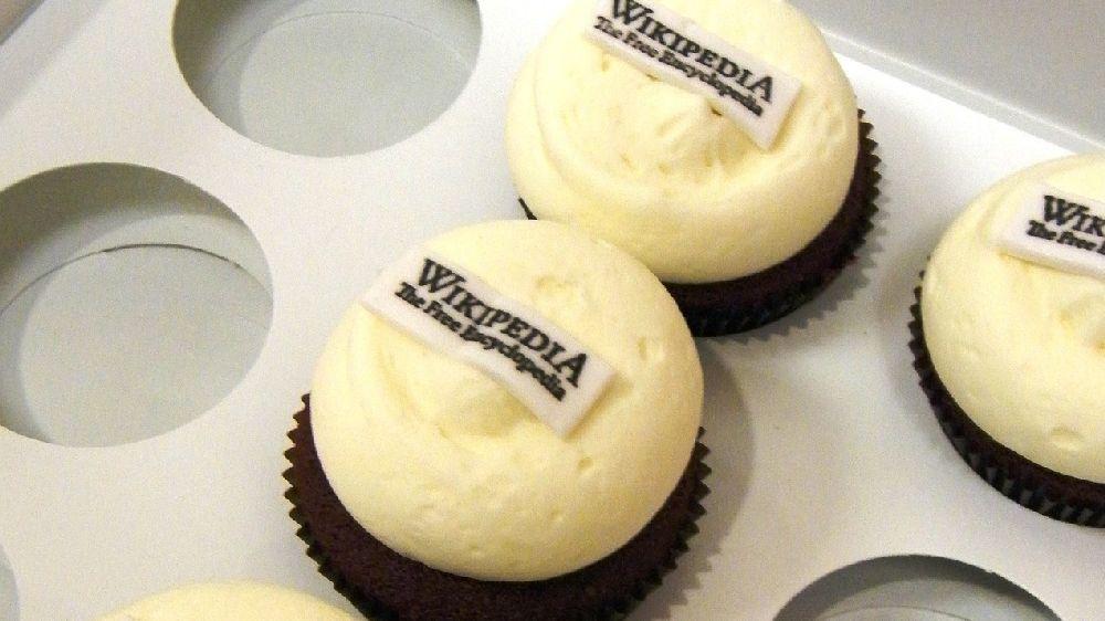 wikipediaと書かれたホワイトスムースのクッキーのようなお菓子