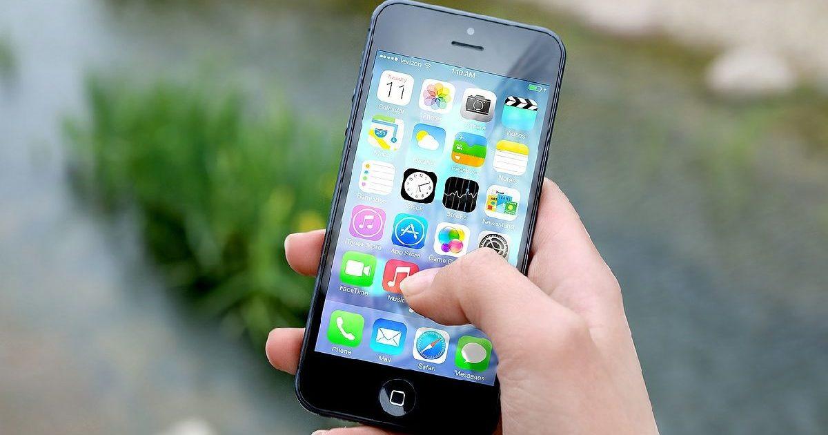 iphoneで探偵に電話をする女性の右手