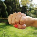 女性の右手のパンチ