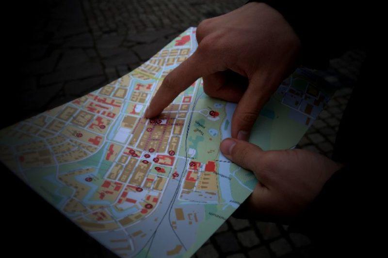 行方不明者の素行調査をする為に地図を確認する探偵