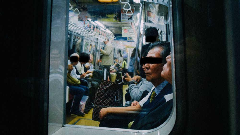 尾行中。探偵から見た地下鉄電車内の様子。