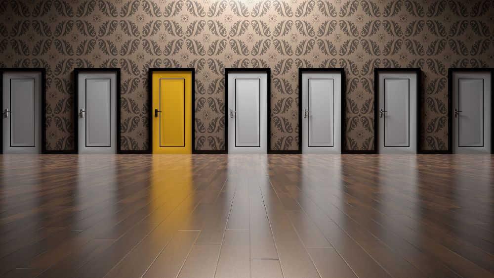 どの探偵事務所のドアをノックするのか?7つのドアのうち1つだけ黄色いドアがあります。