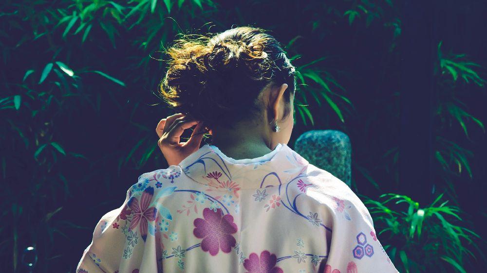 京都の浴衣を着た女性の後姿