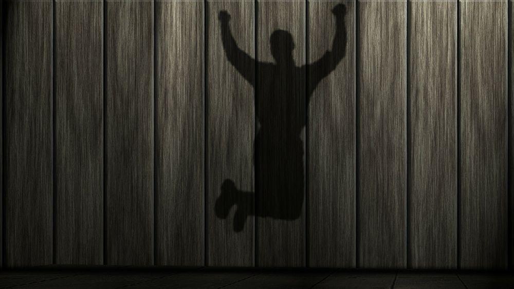 飛び跳ねて喜ぶ男性のシルエット