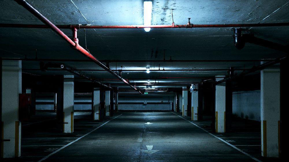 薄暗い地下のパーキング