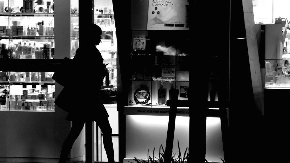 深夜の大阪の繁華街を歩くミニスカートの女子高生