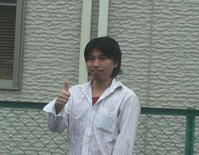 aimi探偵事務所の代表が大阪府枚方市の事務所の近くで立っている上半身の画像です。