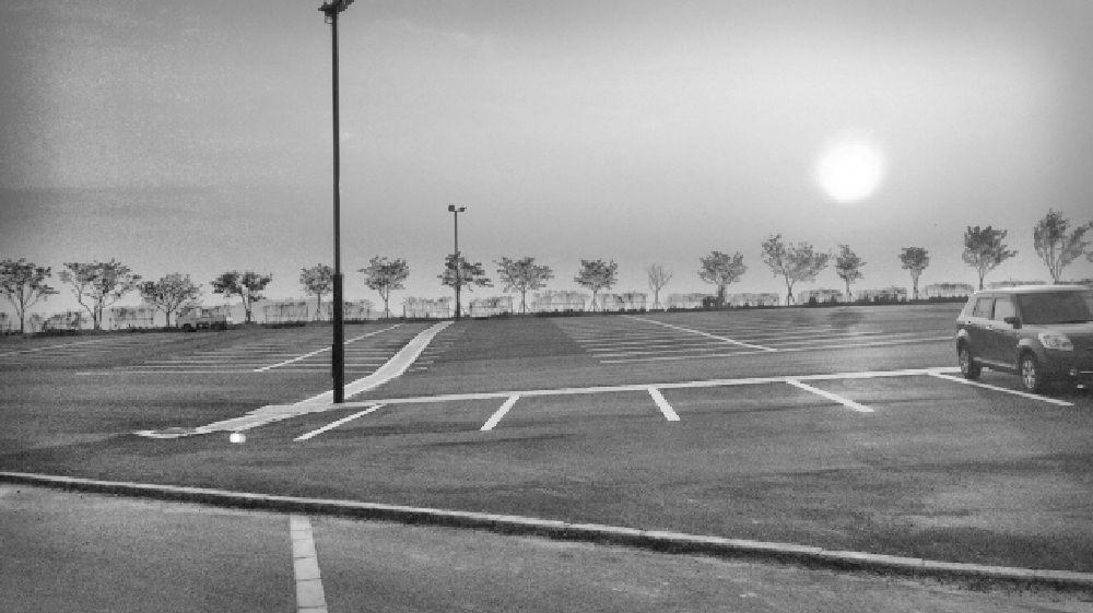 大阪府富田林市のパーキングと夕日のモノクロ写真