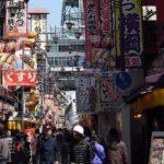 大阪市天王寺区の通天閣付近の賑わい