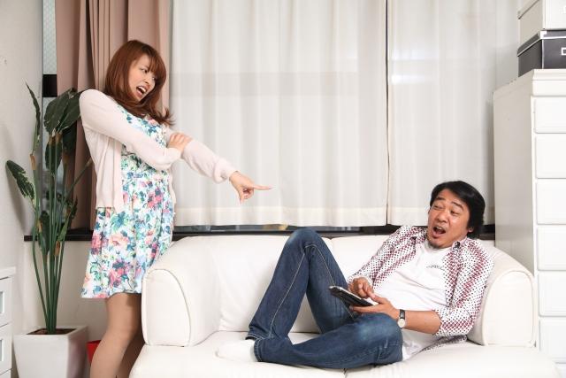 浮気が発覚し、部屋で夫を問い詰める妻
