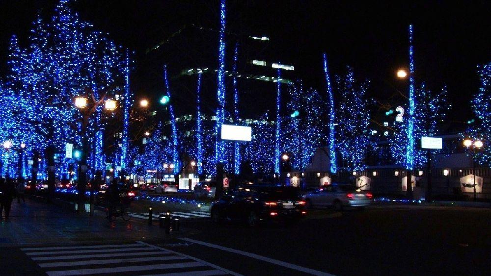 大阪市内を通る光の装飾がされたメインストリートの夜景