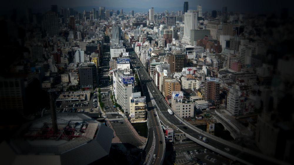 大阪市の高速道路を見下げた景色