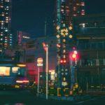 大阪市北区の夜の街を走る快速電車