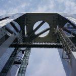 大阪市北区のスカイビルを真下から撮影