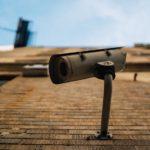 防犯グッズの1つである建物に設置された防犯カメラ