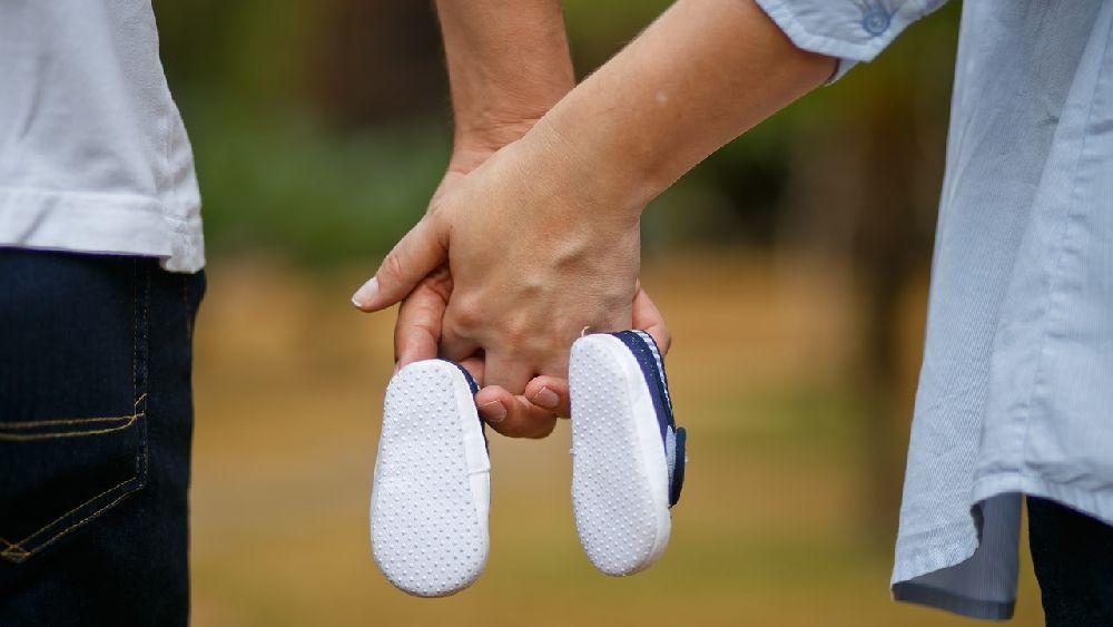仲直りをして手を繋ぐカップル