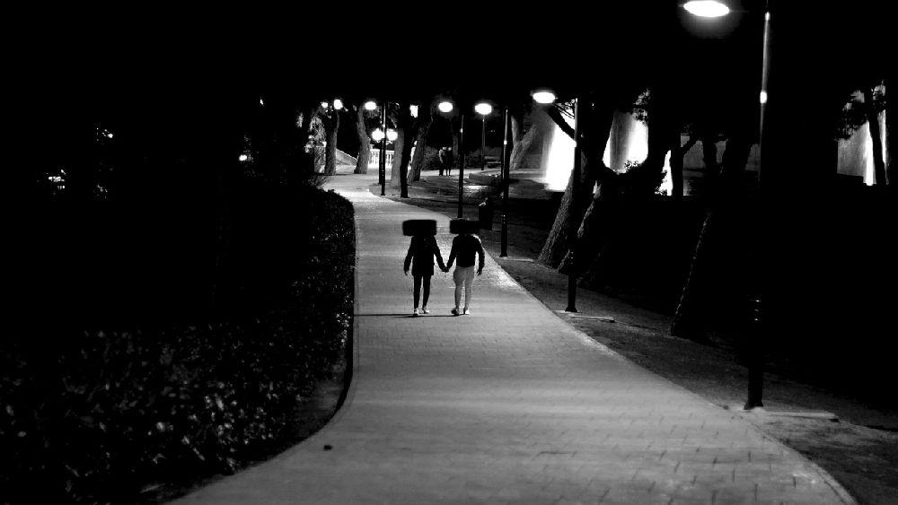 夜の公園で仲良く手を繋いで歩く不倫カップルの証拠写真(サンプルです。)