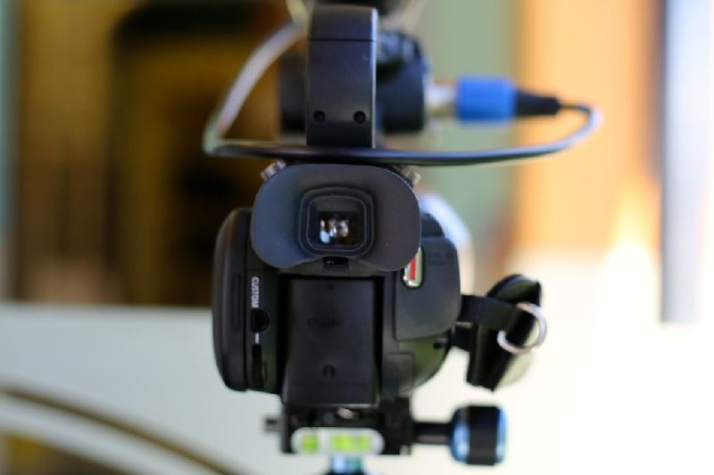 三脚に取付けられた証拠撮影用のブラックビデオカメラ