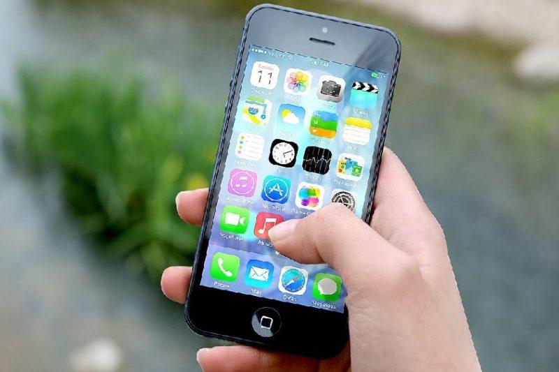 iphoneを浮気チェックする女性の手