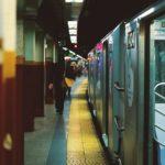 探偵に尾行されている地下鉄で電車を降りたところの男性の後姿です。
