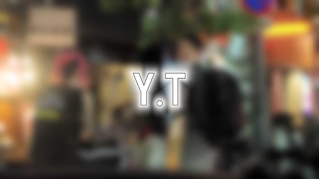 大阪の路上で会話する男性2名をぼかした写真にY.Tと文字が書かれた画像です。
