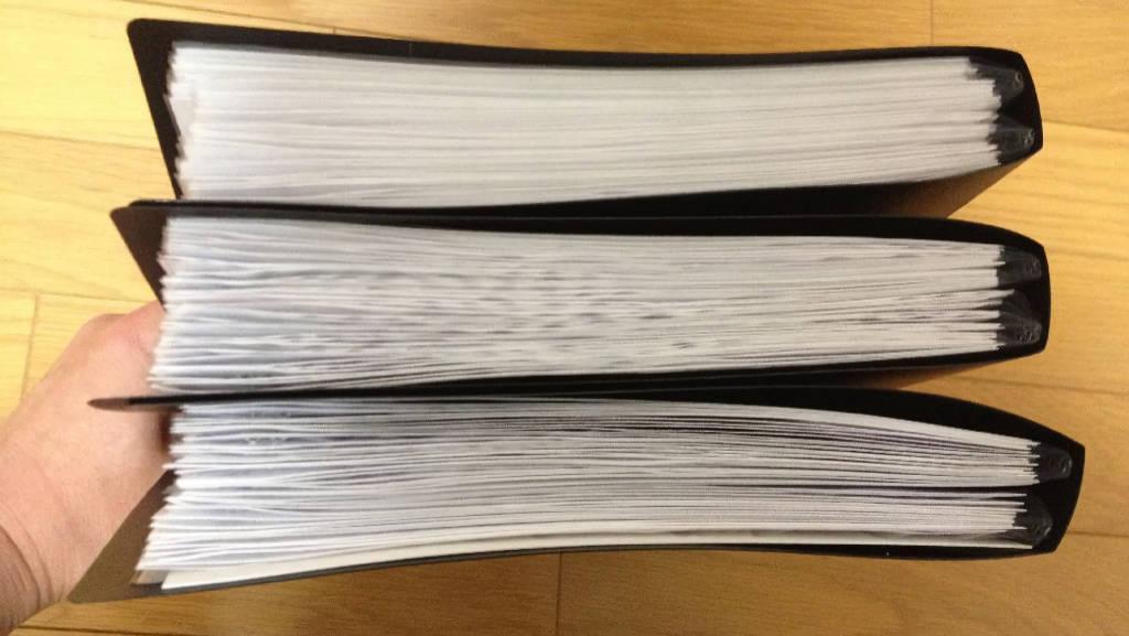 1件分の裁判用浮気調査報告書です。黒いファイルが3冊ありますが、本件の場合は227ページでした。