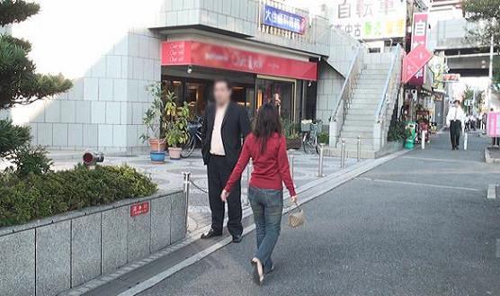 同珈琲ショップ前にて待つ本人の元へ徒歩にて同女性が合流します。