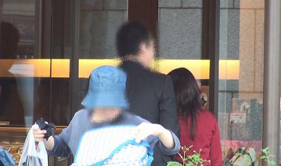 大阪の某珈琲ショップへ入る本人と同女性の後姿です。