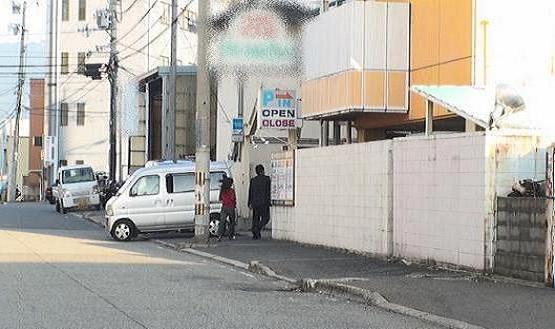 同ホテル南側正面出入り口より徒歩にて入る本人と同女性の様子です。普通に並んで入店しています。