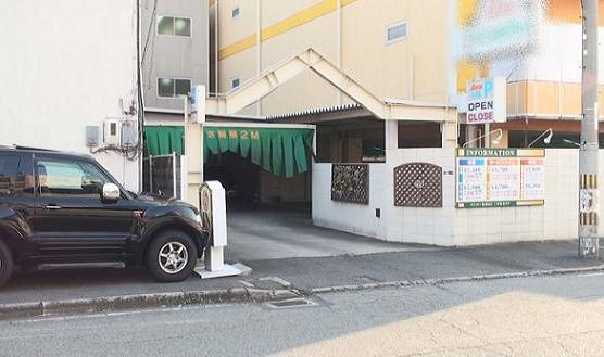 同ラブホテル南側正面出入り口は車両も入れる出入り口となっている。