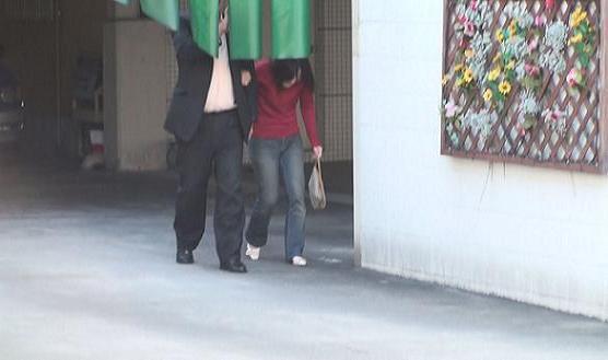 同ホテル南側正面出入り口より腕を組みながら徒歩にて暖簾をくぐり、出る本人と同女性