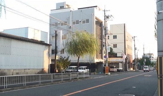 本人勤務先ビルは4階建ての白いビルで1階が駐車場と倉庫になっています。