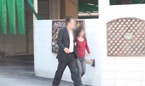 ③同ホテル南側正面出入り口より腕を組みながら徒歩にて出る本人と同女性。本人は堂々と、同女性はやや顔を伏せています。