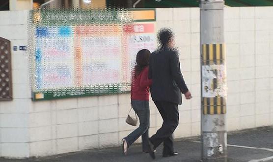 ④同ホテル南側正面出入り口より腕を組みながら徒歩にて出る本人と同女性の後姿。