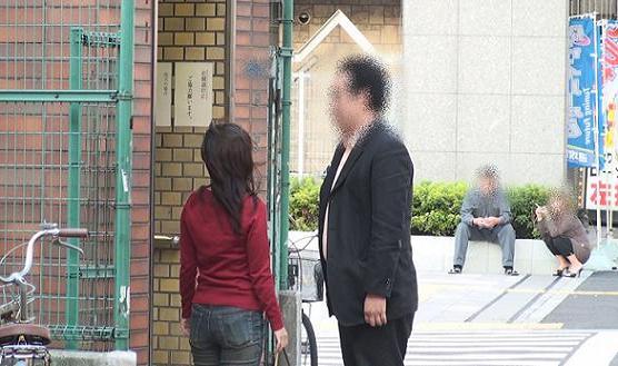 地下鉄大阪○○線「○○駅」5番出入り口前にて、別れ前の立ち話する本人と同女性。