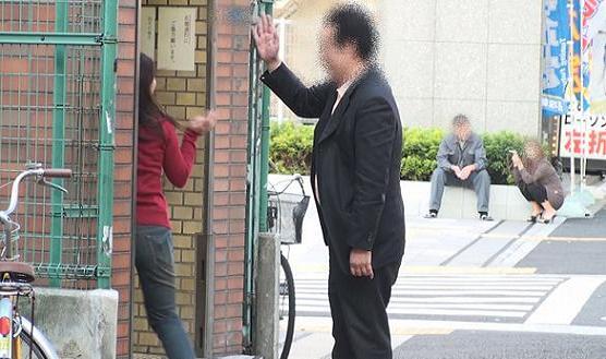 地下鉄大阪○○線「○○駅」5番出入り口前にて手を振り合って別れる本人と同女性。同女性は地下へ降り、本人は地上から帰る。