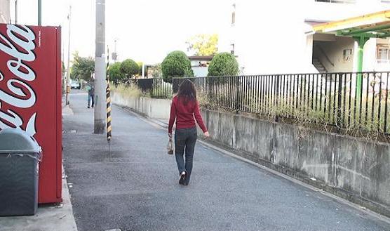 大阪府○○市○○町3−2付近の団地横の路地を北上する同女性の後姿です。