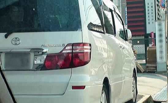本人車両は白色のアルファードで、勤務先ビル敷地内に駐車されています。