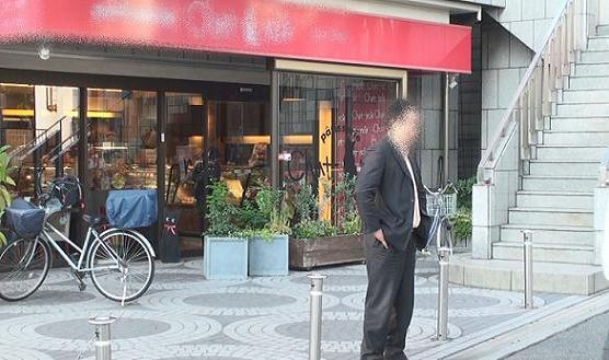 同珈琲ショップ前にてポケットに両手を突っ込んで人を待つ本人の全身画像です。大阪の某所です。
