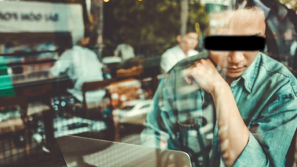 人探し中の探偵。カフェで考え中である。